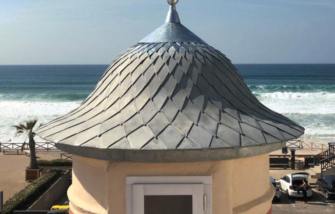 Rénovation d'un dôme en zinc à Lacanau Océan par Combles & Toitures